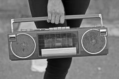 Οι γυναίκες δίνουν στην εκμετάλλευση το εκλεκτής ποιότητας ραδιόφωνο Στοκ Εικόνες