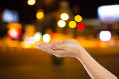 Οι γυναίκες δίνουν στη νύχτα πόλεων την ελαφριά θαμπάδα bokeh, bokeh υπόβαθρο Στοκ Εικόνες