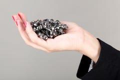 Οι γυναίκες δίνουν τα κοσμήματα εκμετάλλευσης Στοκ φωτογραφία με δικαίωμα ελεύθερης χρήσης