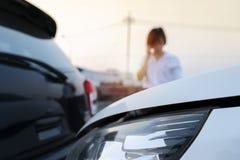 Οι γυναίκες ανησύχησαν για την κατάσταση στην οποία το αυτοκίνητο συνέτριψε στοκ εικόνες με δικαίωμα ελεύθερης χρήσης