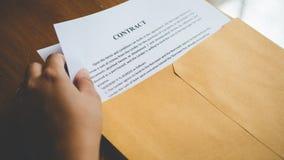 Οι γυναίκες ανοίγουν ένα έγγραφο φακέλων με τη σύμβαση φορολογικών εγγράφων της Ιαπωνίας Στοκ Φωτογραφία