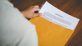 Οι γυναίκες ανοίγουν ένα έγγραφο φακέλων με τη σύμβαση φορολογικών εγγράφων της Ιαπωνίας Στοκ Εικόνες