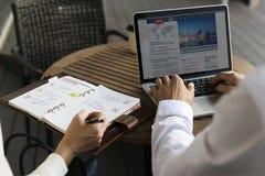 Οι γυναίκες ανδρών Businesspeople γράφουν το σχέδιο σημειωματάριων σημειώσεων Στοκ Εικόνες