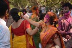 Οι γυναίκες απολαμβάνουν Holi, το φεστιβάλ χρώματος της Ινδίας Στοκ εικόνα με δικαίωμα ελεύθερης χρήσης