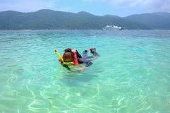 Οι γυναίκες βουτούν με μια καθαρή μάσκα θάλασσας στοκ φωτογραφία