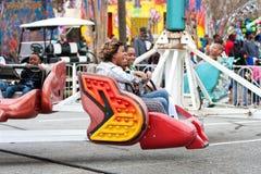 Οι γυναίκες γελούν γύρος καρναβαλιού αναλογικών συσκευών κρυπτοφώνησης οδήγησης Στοκ Φωτογραφία