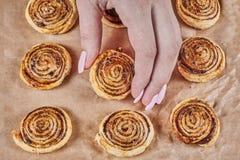 Οι γυναίκες δίνουν τα μπισκότα ριπών αφής στοκ φωτογραφίες με δικαίωμα ελεύθερης χρήσης