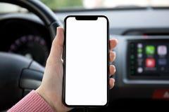 Οι γυναίκες δίνουν το τηλέφωνο εκμετάλλευσης με την οθόνη στο αυτοκίνητο στοκ εικόνα