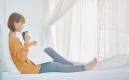 Οι γυναίκες διαβάζουν τα βιβλία στο δωμάτιο στοκ φωτογραφία