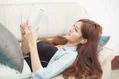 Οι γυναίκες διαβάζουν τα ευτυχή βιβλία στον καναπέ Στοκ Εικόνα