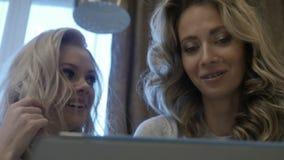 Οι γυναίκες διαβάζουν τις ειδήσεις στην ταμπλέτα απόθεμα βίντεο