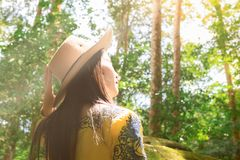 Οι γυναίκες είναι στο τροπικό δάσος, το περιβάλλον και το ταξίδι Στρατιωτική επαρχία σχολικού Phu Hin Rongkla Phetchabun πολιτική στοκ φωτογραφίες με δικαίωμα ελεύθερης χρήσης