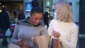 Οι γυναίκες εξετάζουν την τσάντα αγορών στη λεωφόρο φιλμ μικρού μήκους