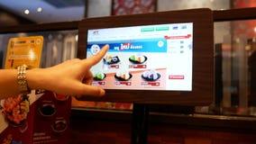 Οι γυναίκες επιλέγουν τις επιλογές του καυτού δοχείου MK Suki στη λεωφόρο αγορών Bangkapi λεωφόρων, Μπανγκόκ, Ταϊλάνδη απόθεμα βίντεο