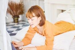 Οι γυναίκες εργάζονται και ευτυχής στοκ φωτογραφία με δικαίωμα ελεύθερης χρήσης