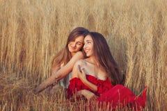 Οι γυναίκες ερωτευμένες φλερτάρουν Στοκ Φωτογραφία