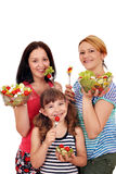 Οι γυναίκες εφηβικές και το μικρό κορίτσι τρώνε τη σαλάτα στοκ εικόνα