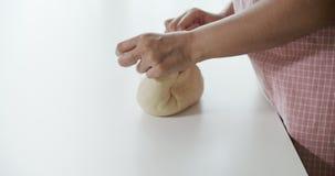 Οι γυναίκες ζυμώνουν τη ζύμη με το χέρι για να αποφύγουν τις αεροφυσαλίδες απόθεμα βίντεο