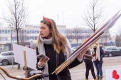 Οι γυναίκες διαμαρτύρονται ενάντια στο Ντόναλντ Τραμπ μπροστά από την αμερικανική πρεσβεία στη σπόλα Στοκ Εικόνες