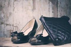Οι γυναίκες διαμορφώνουν τα παπούτσια και την τσάντα Στοκ φωτογραφίες με δικαίωμα ελεύθερης χρήσης