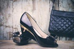 Οι γυναίκες διαμορφώνουν τα παπούτσια και την τσάντα Στοκ φωτογραφία με δικαίωμα ελεύθερης χρήσης