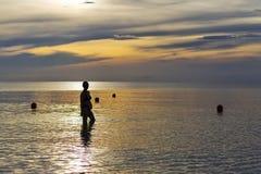 Οι γυναίκες διαμορφώνουν την ανατολή σκιαγραφιών Στοκ Εικόνες