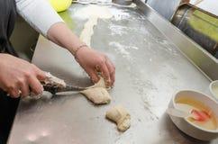 Οι γυναίκες κάνουν τις πίτες στο μετρητή κουζινών στοκ φωτογραφία με δικαίωμα ελεύθερης χρήσης