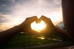 Οι γυναίκες κάνουν το χέρι-διαμορφωμένο σύμβολο καρδιών Στοκ φωτογραφία με δικαίωμα ελεύθερης χρήσης