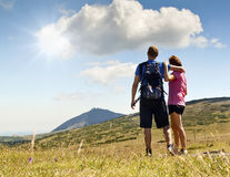 Οι γυναίκες και ο άνδρας κοιτάζουν έξω πέρα από τα βουνά Στοκ Εικόνες
