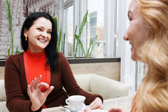 Οι γυναίκες κουτσομπολεύουν στον καφέ Στοκ εικόνα με δικαίωμα ελεύθερης χρήσης