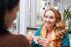 Οι γυναίκες κουτσομπολεύουν στον καφέ Στοκ φωτογραφία με δικαίωμα ελεύθερης χρήσης