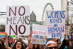 Οι γυναίκες κρατούν ψηλά τα σημάδια στην Ατλάντα Μάρτιος για τη κοινωνική δικαιοσύνη Στοκ Φωτογραφία