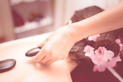 Οι γυναίκες λαμβάνουν καυτή πέτρινη treatment Spa στοκ εικόνες με δικαίωμα ελεύθερης χρήσης