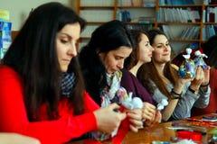Οι γυναίκες μαθαίνουν να κάνουν τα χειροποίητα μαλακά παιχνίδια και τα αναμνηστικά Στοκ εικόνες με δικαίωμα ελεύθερης χρήσης