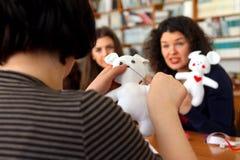 Οι γυναίκες μαθαίνουν να κάνουν τα χειροποίητα μαλακά παιχνίδια και τα αναμνηστικά Στοκ φωτογραφίες με δικαίωμα ελεύθερης χρήσης