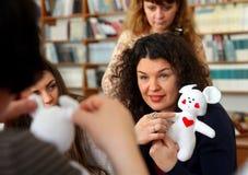 Οι γυναίκες μαθαίνουν να κάνουν τα χειροποίητα μαλακά παιχνίδια και τα αναμνηστικά Στοκ Εικόνες