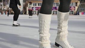 Οι γυναίκες μαθαίνουν το πατινάζ πάγου υπαίθριο στην αίθουσα παγοδρομίας πάγου απόθεμα βίντεο