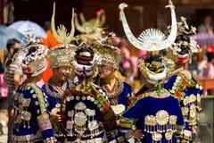 Οι γυναίκες μειονότητας Miao ομαδοποιούν τα παραδοσιακά ενδύματα