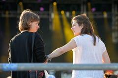 Οι γυναίκες μιλούν κατά τη διάρκεια μιας συναυλίας στον ήχο το 2014 της Heineken Primavera Στοκ φωτογραφίες με δικαίωμα ελεύθερης χρήσης