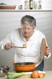 Οι γυναίκες μυρίζουν τα τρόφιμα στοκ φωτογραφίες