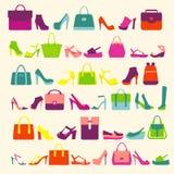 Οι γυναίκες μόδας τοποθετούν τις τσάντες και τα υψηλά παπούτσια τακουνιών σε σάκκο Στοκ εικόνα με δικαίωμα ελεύθερης χρήσης