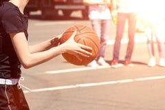 Οι γυναίκες παίζουν την καλαθοσφαίριση Στοκ εικόνα με δικαίωμα ελεύθερης χρήσης