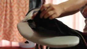 Οι γυναίκες πιέζουν το ύφασμα φιλμ μικρού μήκους