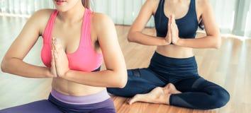 Οι γυναίκες που ασκούν τη γιόγκα θέτουν στην κατηγορία γυμναστικής ικανότητας Στοκ Φωτογραφία