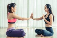 Οι γυναίκες που ασκούν τη γιόγκα θέτουν στην κατηγορία γυμναστικής ικανότητας Στοκ Εικόνες
