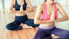 Οι γυναίκες που ασκούν τη γιόγκα θέτουν στην κατηγορία γυμναστικής ικανότητας Στοκ εικόνα με δικαίωμα ελεύθερης χρήσης