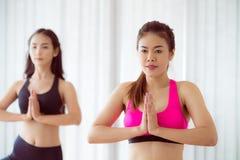 Οι γυναίκες που ασκούν τη γιόγκα θέτουν στην κατηγορία γυμναστικής ικανότητας Στοκ φωτογραφία με δικαίωμα ελεύθερης χρήσης