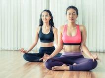 Οι γυναίκες που ασκούν τη γιόγκα θέτουν στην κατηγορία γυμναστικής ικανότητας Στοκ Εικόνα