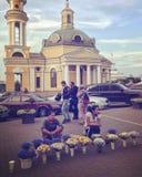 Οι γυναίκες πωλούν τα λουλούδια στις θερινές οδούς Podil σε Kyiv, Ουκρανία Στοκ φωτογραφία με δικαίωμα ελεύθερης χρήσης