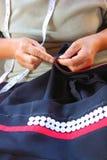Οι γυναίκες ράβουν, φυλετικό φόρεμα, φόρεμα Phuthai Στοκ εικόνες με δικαίωμα ελεύθερης χρήσης